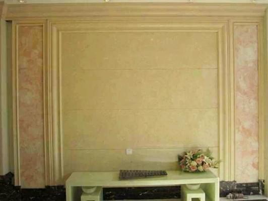 李阿姨对其家庭装修的沙发大理石背景墙颇为满意